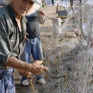 """""""Piombino"""", pescatore alla pulizia delle reti"""