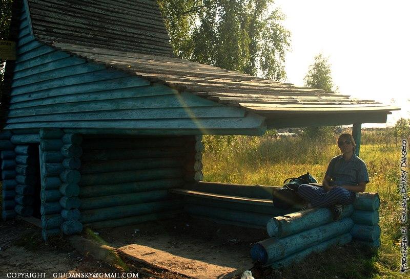 Ore di riposo alla fermata del bus a Leontievo