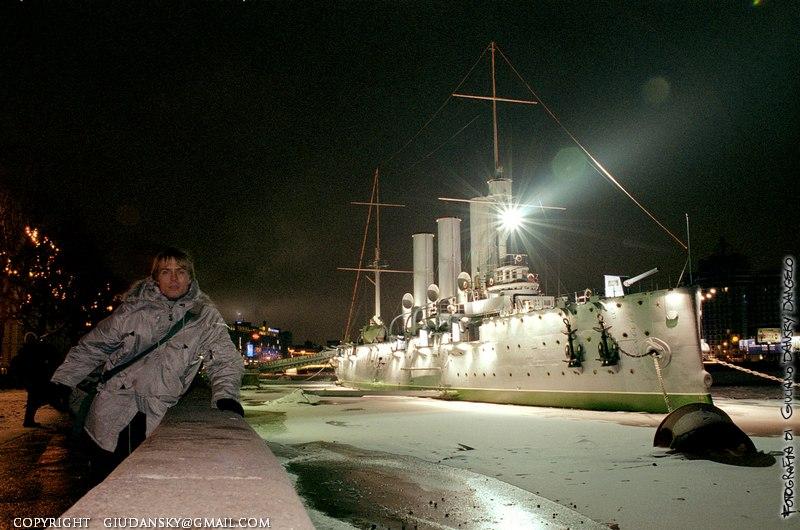 Autoscatto sulla riva della Neva, di fronte all'incrociatore Aurora