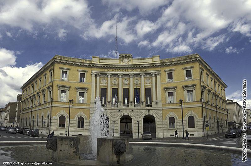 Piazza della Vasca con la prefettura