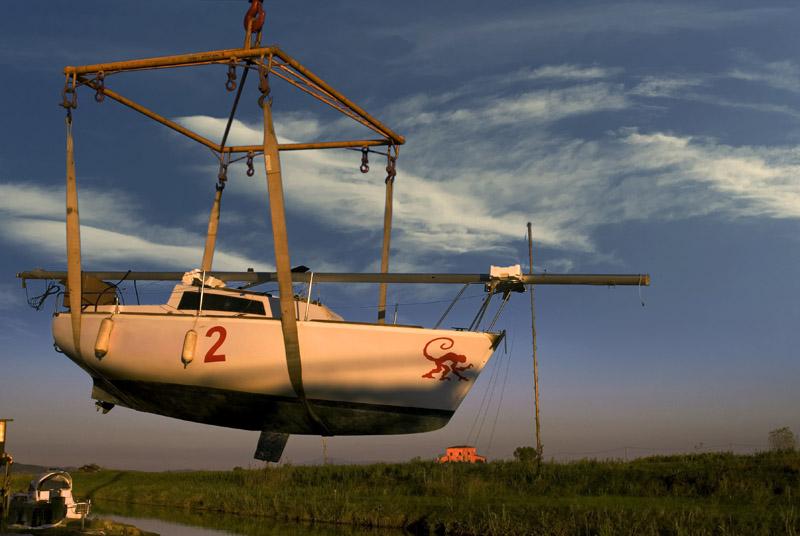 Barca in rimessaggio davanti alla casa rossa di Leonardo Ximenes.