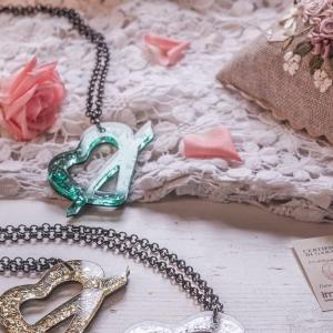 Stillife con ricami e gioielli
