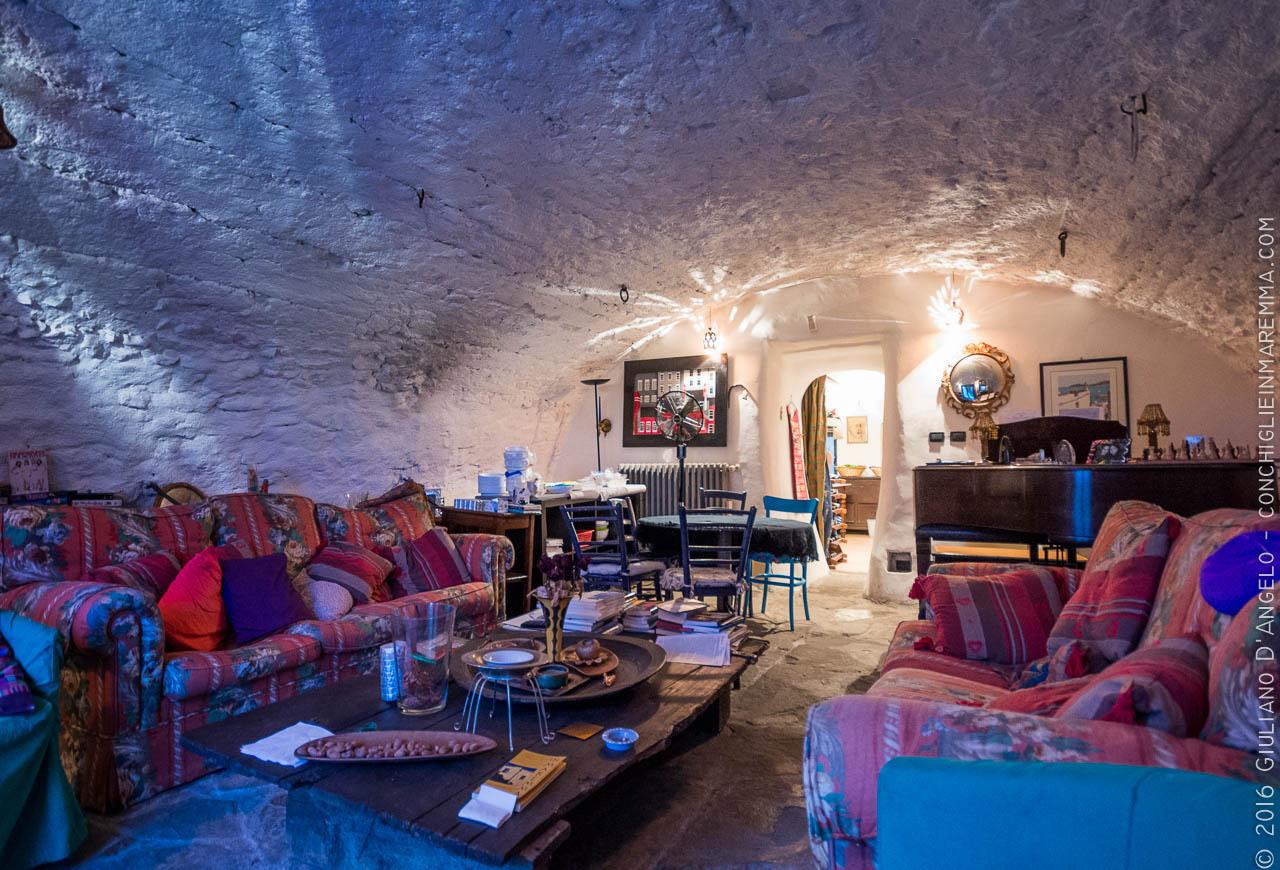 Interni di Toscana: stable living room