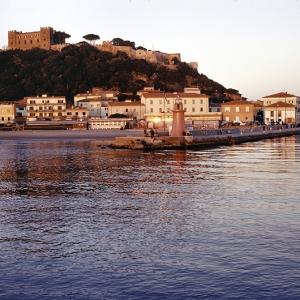 Castiglione, bocca del porto al tramonto