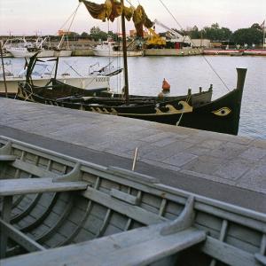 Nave di Namaziano ormeggiata nel porto di Castiglione