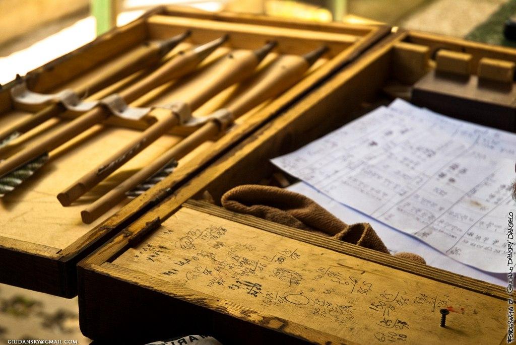 Scatola di legno con frecce e punti