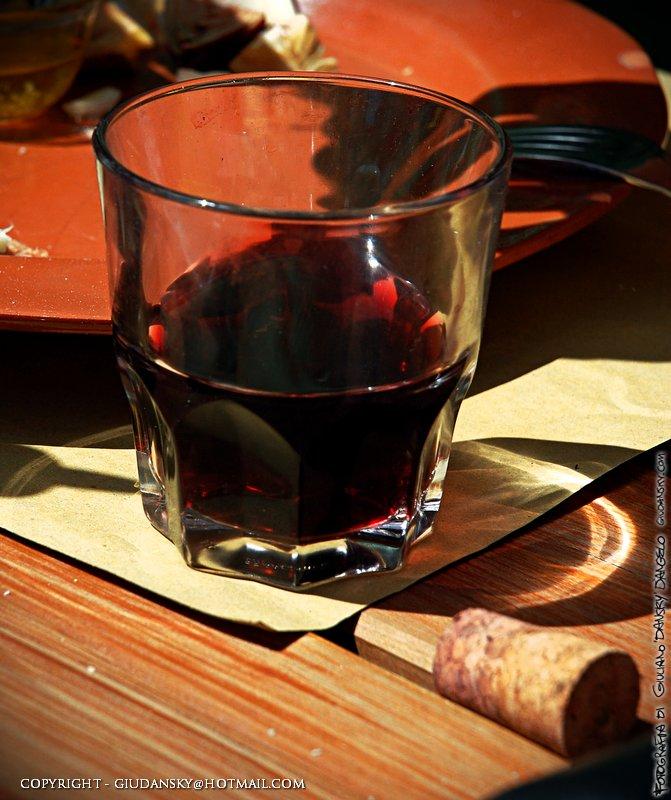 Il vino rosso sotto al sole, evocazione di abbiocco e calura. Ecco perchè in grecia preferiscono il bianco retzina