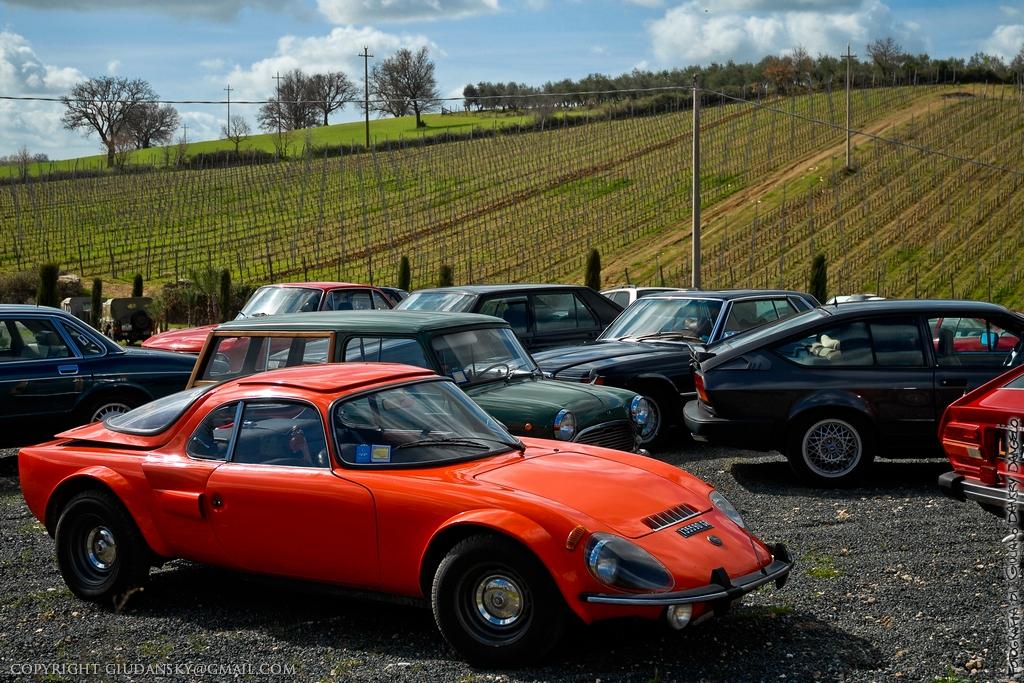 Parcheggio in collina per le auto d'epoca del