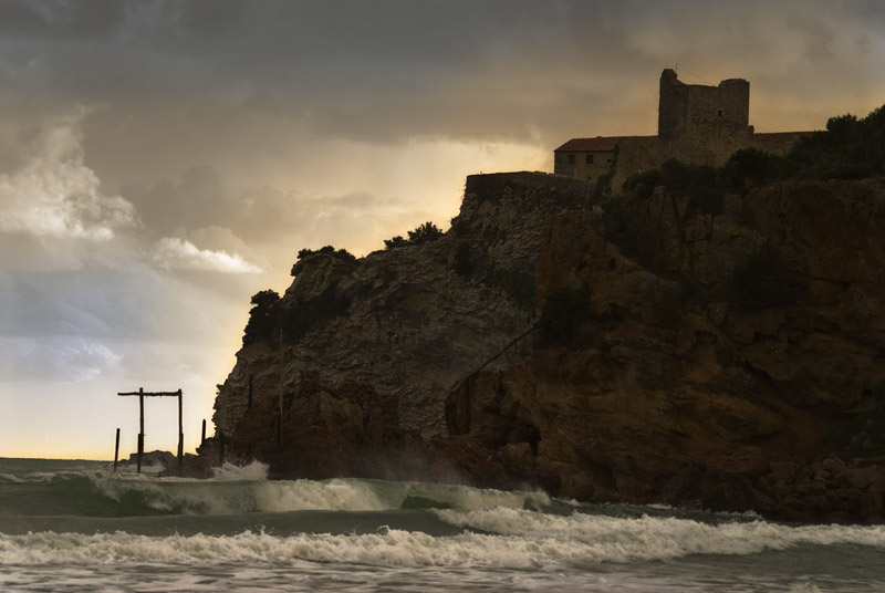 Mare mosso alle Rocchette. Il castello è dei conti Lucifero. Un posto maledettamente bello