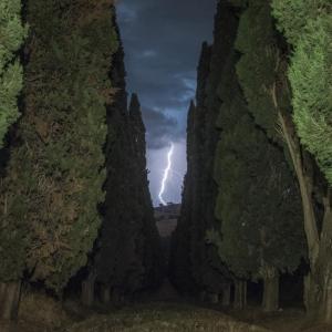 Fulmine in toscana, oltre la strada dei cipressi