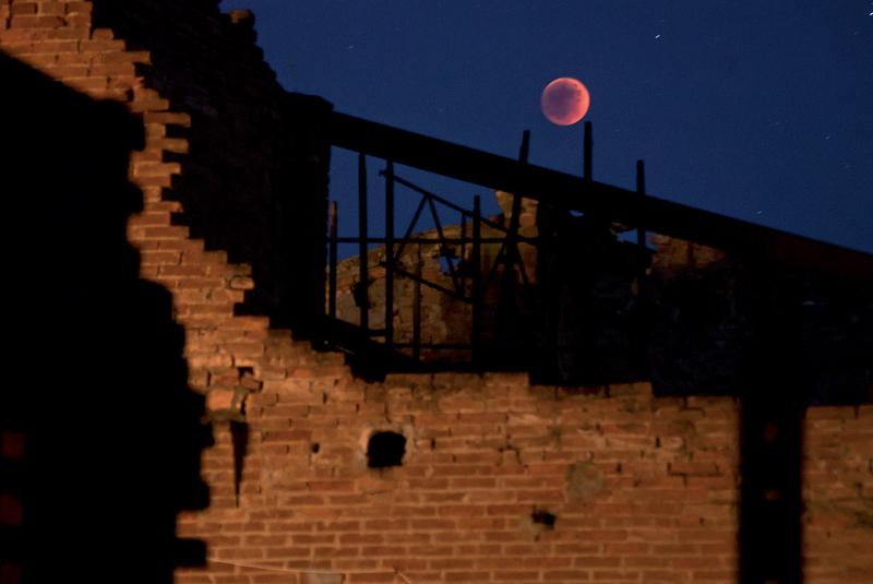 luna rossa sulla rimessa