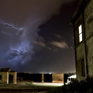 nube di lampi sopra al poggio