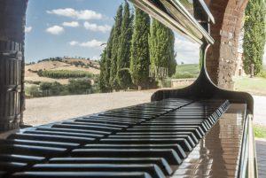 Scala del pianoforte con cipressi