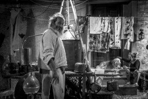 Distillatore con cane e strumenti