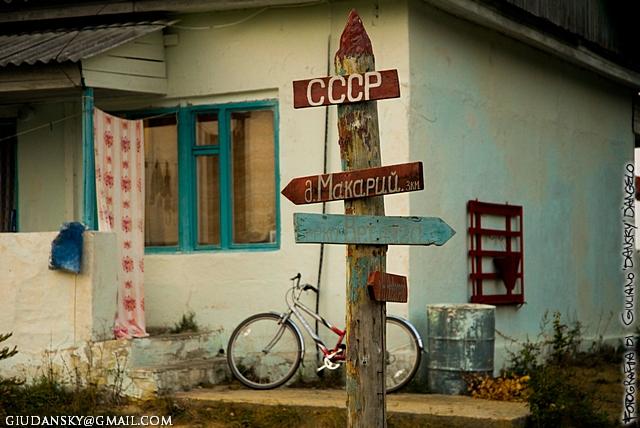 Finestra bicicletta e cartelli di indicazione